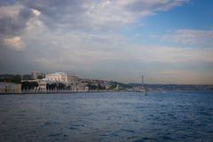 Ansicht des Dolmabahce-Palastes und der zweiten Brücke vom Bos Lizenzfreie Stockfotos