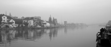 Ansicht des Dorfs über Fluss Stockfotografie