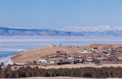Ansicht des Dorfs auf Olkhon-Insel in gefrorenem Baikal See, Russland Lizenzfreie Stockfotos