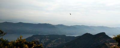 Ansicht des Dorfs und des Flusses von der Luft lizenzfreies stockfoto