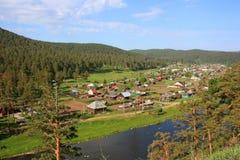 Ansicht des Dorfs vom Berg Stockfotografie