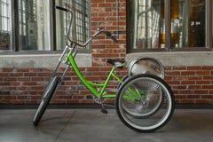 Ansicht des Dreiradklassischen Fahrrades mit Aluminiumbierfaß auf der Rückseite Stockbilder