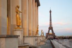 Ansicht des Eiffelturms mit Skulpturen auf Trocadero in Paris Stockfoto