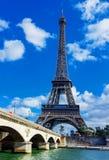 Ansicht des Eiffelturms und des Flusses Stockfotos