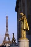 Ansicht des Eiffelturms vom trocadero, mit goldenen Statuen lizenzfreie stockfotos