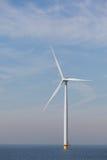 Ansicht des einzelnen windturbine im niederländischen Noordoostpolder lizenzfreie stockbilder