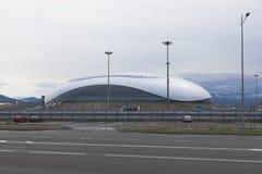 Ansicht des Eis-Palastes groß mit der olympischen Allee regnerisch, bewölkter Morgen Adler, Sochi Lizenzfreie Stockbilder