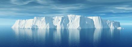 Ansicht des Eisbergs mit schönem transparentem Meer Lizenzfreie Stockbilder