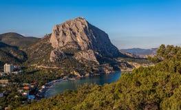 Ansicht des enormen Felsens überhängend über Regelung in der Seebucht Stockfotos
