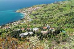 Ansicht des Erholungsortdorfs Katsively und das Schwarze Meer von der Bergkatze Jalta, Foros, Krim lizenzfreie stockfotografie