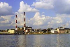 Ansicht des Fabrikgebiets auf Fluss Enbankment, St Petersburg lizenzfreies stockbild