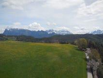 Ansicht des Feldes und der entfernten Alpen in Italien stockfoto