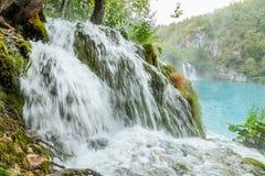 Ansicht des felsigen starken Wasserfalls Stockfoto