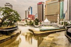 Ansicht des Finanzzentrums und des Nebels des Klang-Flusses in Kuala Lumpur Malaysia lizenzfreies stockfoto