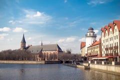Ansicht des Fischerdorfes und der Kathedrale in Russland Lizenzfreies Stockbild
