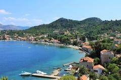 Ansicht des Fischereihafens und des Strandes, mit Cafés, Boote, im Dorf Lopud, Lopud-Insel, eine der Elaphiti-Inseln, Ansicht f stockfoto