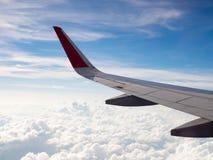 Ansicht des flachen Flügelflugfliegens im Himmel unter weißer Wolke, Tourismusbetreibern und Reisekonzept Lizenzfreie Stockbilder