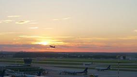 Ansicht des Flughafens bei Sonnenuntergang, flacher Start stock video