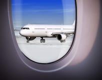 Ansicht des Flughafens durch Fenster Stockfotos