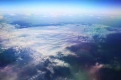 Ansicht des Flugzeugfensters am Horizont und an den Wolken Lizenzfreies Stockfoto