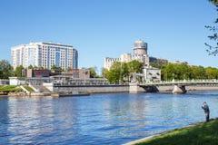 Ansicht des Flussdammes Bolshaya Nevka St Petersburg, Russland Lizenzfreie Stockfotos