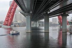 Ansicht des Flusses in der Stadt unter einer großen Brücke Stockfoto