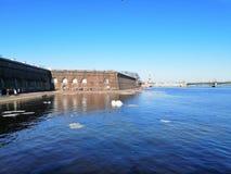 Ansicht des Flusses mit Eis und ein Sonnenbad nehmenden Leuten in der Festung lizenzfreie stockbilder