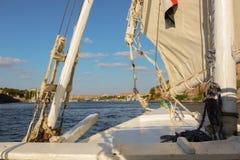 Ansicht des Flusses Nil von einem Segelboot Lizenzfreie Stockfotos
