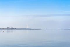 Ansicht des Flusses Swale von Harty-Insel Kent auf einem ruhigen Gewinn Lizenzfreie Stockfotografie