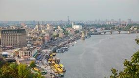 Ansicht des Flusses und der Neubauten in ihm stock footage