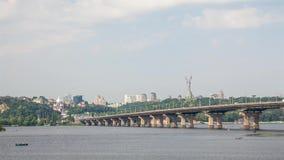 Ansicht des Flusses und der Neubauten in ihm stock video