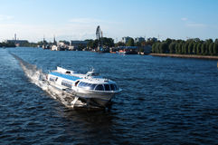 Ansicht des Flusses vom Exkursionsboot Stockfoto