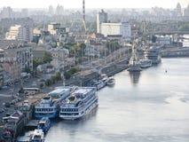 Ansicht des Flusshafens mit den Küstenhügeln Stockfotografie