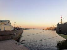 Ansicht des Flusshafens und -stadt stockfotos