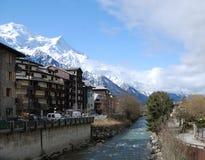 Ansicht des Frühlinges Chamonix mit Gebirgsfluß lizenzfreie stockfotos
