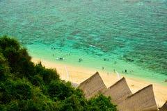 Ansicht des frischen OzeanMeerwassers von der Spitze des Hügels lizenzfreie stockfotografie