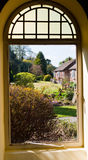 Ansicht des Gartens durch ein Fenster Lizenzfreie Stockbilder
