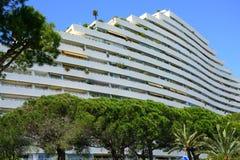 Ansicht des Gebäudekomplexes Marina Baie-DES Anges nahe Antibes, Frankreich stockbild