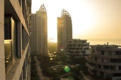 Ansicht des Gebäudes und des Meeres bei Sonnenuntergang Lizenzfreie Stockbilder