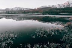 Ansicht des Gebirgssees stockfotografie
