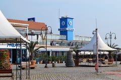 Ansicht des gehenden Teils des Hafens von Varna und des blauen Turms mit Wetterfahne an einem warmen Herbsttag stockbilder