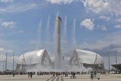 Ansicht des Gesangbrunnens und des Stadions Fischt in Sochi-Olympiapark Lizenzfreie Stockfotografie