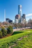Ansicht des Geschäftsgebiets und das Fernsehen ragen in Melbourne hoch Stockfotografie