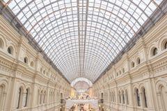 Ansicht des gewölbten Glasdachs innerhalb des Kaufhauses Stockfoto