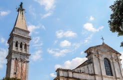 Ansicht des Glockenturms und des Tempels der katholischen Kirche Stockbilder