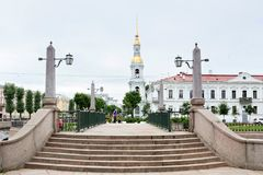 Ansicht des Glockenturms von Brücke Nikolsky Sobor und Krasnogvardeysky von Griboedov-Kanal St Petersburg Stockfoto