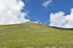 Ansicht des grünen Hügels mit Himmelhintergrund Lizenzfreies Stockbild