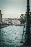 Ansicht des Griboyedov-Kanaldammes und -schiffs in St Petersburg - Russland, Sommer Stockbild