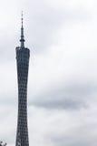 Ansicht des Guangzhou-Bezirk-Turms am bewölkten Tag lizenzfreie stockfotos