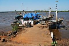 Ansicht des hölzernen Fischerbootes an einem kleinen Hafen in Goa, Indien Stockbilder